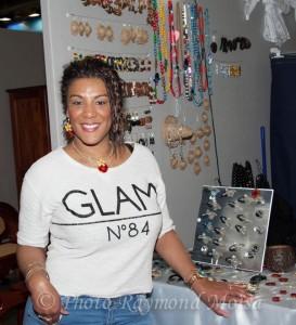 Karine portant les bijoux de Cristaline