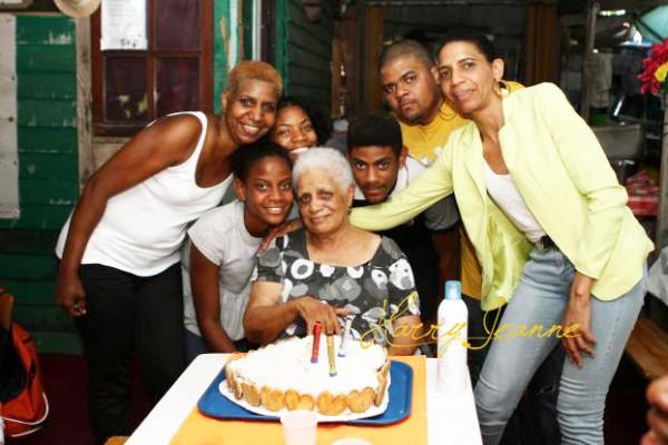 La famille Tacite applaudie par l'assistance pour un bel anniversaire