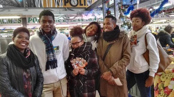 Les bénévoles de l'AJEG au marché de Saint Denis