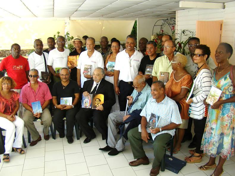 Un amateur de littérature entouré d'auteurs guadeloupéens lui rendant hommage