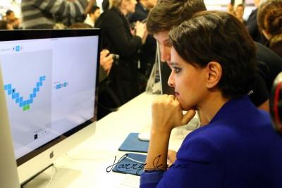 Najat Vallaud-Belkacem passant les tests