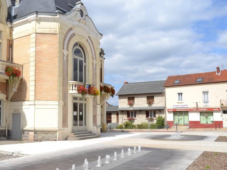 La place de la mairie de Saint Yorre